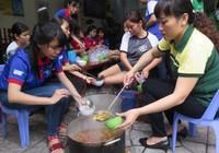 Phụ huynh tổ chức nấu cơm phục vụ thí sinh đi thi
