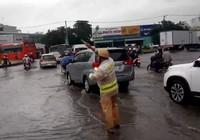 Sau mưa to, vòng xoay An Lạc ngập nặng