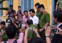 Cựu Chủ tịch VN Pharma bần thần lên xe về trại tạm giam