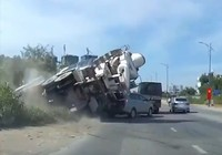 Clip: Xe bồn lộn nhào, ô tô 7 chổ thoát trong gang tấc