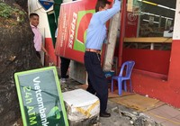 """Tân Bình """"quét"""" vỉa hè: dỡ quảng cáo, mái che, trụ ATM"""