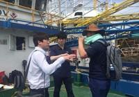 Chuyên gia Hàn Quốc kiểm tra tàu vỏ thép bị hỏng