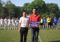 Cầu thủ Lê Hoàng Duy được giúp đỡ