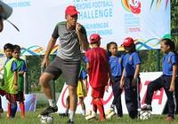 B. Bình Dương tuyển sinh bóng đá trẻ