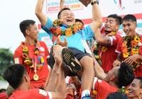 TP.HCM nhận cúp vô địch hạng nhất: Mưa trời, mưa gôn và cúp vàng