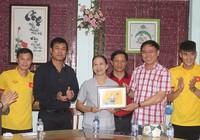 Thầy trò HLV Hữu Thắng chia sẻ cùng trẻ em làng SOS