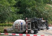 Lật xe bồn chứa gần 17 tấn gas trên đèo Hải Vân