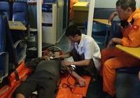 Cứu một ngư dân bị tai nạn nguy kịch ở Hoàng Sa