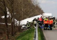 Một máy bay dân sự rơi trên đường cao tốc ở Đức