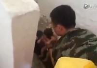 Clip: Giải cứu em bé 'đẻ rơi' trong nhà vệ sinh công cộng