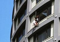 'Đung đưa' con ngoài cửa sổ tầng 13 để đòi ly hôn