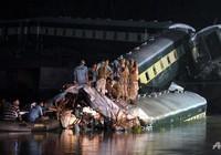 Xe lửa chuyển quân rơi khỏi cầu, 14 người chết