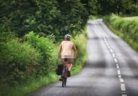 Choáng với người đàn ông 'khỏa thân' đạp xe đi dạo