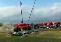 Clip: Kinh hoàng bánh xe khổng lồ lao vào đám đông