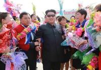 Ông Kim Jong Un đổi kính mát giống cha, báo Anh xôn xao