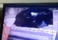Hố tử thần nuốt chửng trạm xe buýt tại Trung Quốc