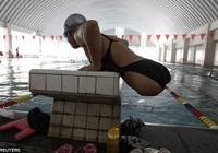 Cô bé không chân nhiều năm giành huy chương vàng bơi lội