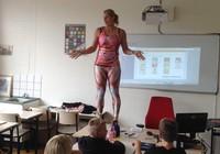 Giáo viên 'cởi đồ' trước mặt học sinh để dạy sinh học