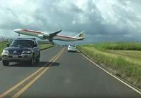 Máy bay hạ cánh 'dựng tóc gáy', sượt sát thân ô tô