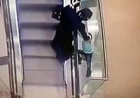 Bé gái 5 tuổi bị rơi xuống khe thang cuốn 2 tầng