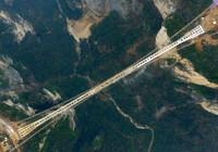 Cận cảnh cây cầu thủy tinh dài và cao nhất thế giới