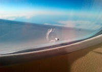 Vì sao cửa sổ máy bay thường có một lỗ nhỏ?