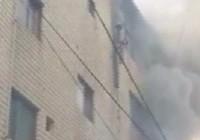 Mẹ thả 3 đứa con từ tầng lầu đang cháy lớn, sống sót kỳ diệu