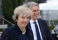 Sợ gián điệp Trung Quốc, nữ thủ tướng Anh phải trùm mền thay đồ