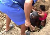 Bị sét đánh vẫn sống, cô gái lại chịu cảnh bị chôn sống