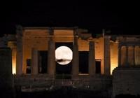 Thế giới ngước nhìn 'siêu trăng' lớn nhất 70 năm qua