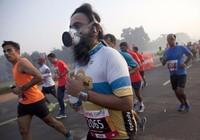 Chạy marathon tại Ấn Độ phải đeo mặt nạ phòng độc
