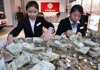 Trung Quốc: Mang hàng bao tải tiền lẻ đi mua xe sang