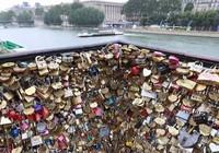 Pháp bán 65 tấn 'khóa tình yêu' để giúp người tị nạn