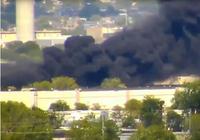 Máy bay đâm vào tòa nhà ở Mỹ bốc cháy