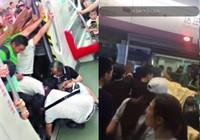 Hành khách hợp sức nâng toa xe lửa cứu cụ già