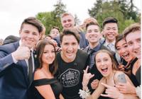 Thủ tướng Canada lại gây sốt vì 'ké ảnh' học sinh