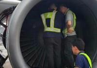 Máy bay hư động cơ vì hành khách ném xu vào … cầu may