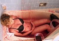 Cô gái 19 tuổi gây sốc khi tiết lộ tắm bằng... tiết lợn để 'giữ thanh xuân'