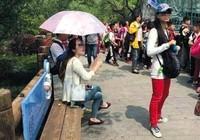 Cư dân mạng phẫn nộ trước cảnh học sinh phải cầm ô che cho cô giáo