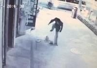 Bé trai 3 tuổi bị giẫm đạp liên tiếp ngay trên phố