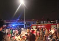 Cháy ki-ốt sát trạm xăng dầu, hàng trăm người tháo chạy