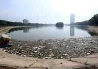 Rác thải tràn mặt hồ bán đảo đẹp nhất thủ đô