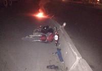 Người đàn ông tự lao xe vào dải phân cách giữa đêm khuya