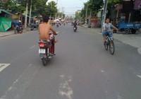 Kiểu chạy xe 'không đụng hàng' của nam thanh niên