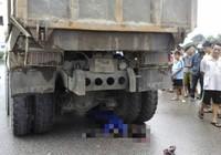 Kinh hoàng chứng kiến người phụ nữ bị cuốn vào gầm xe tải