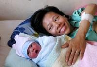 Người mẹ trẻ bị liệt hai chân sinh con trai kháu khỉnh