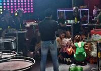Nữ tiếp viên ngừng nhảy nhót khi cán bộ vào kiểm tra quán bar