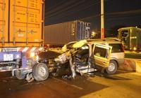 Container kéo lê xế hộp 50 m, dân cạy cửa cứu tài xế