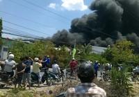 Cháy lớn tại xưởng bao bì, khói đen bốc lên cuồn cuộn