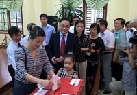 Bí thư Hà Nội Hoàng Trung Hải xếp hàng chờ bỏ phiếu